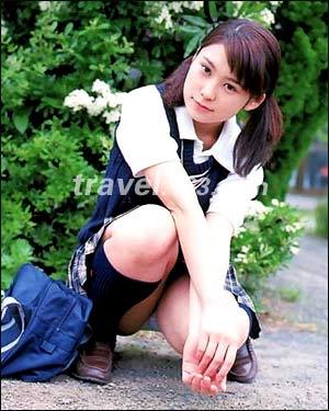 小女孩穿白袜走光-女人花风情绽放,东京美女VS巴黎美人