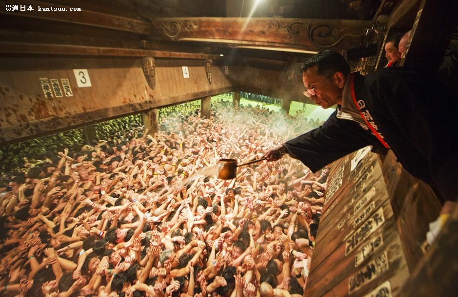 日本/2月19日,日本冈山市西大寺,一名寺庙住持正在向赤身裸体的...