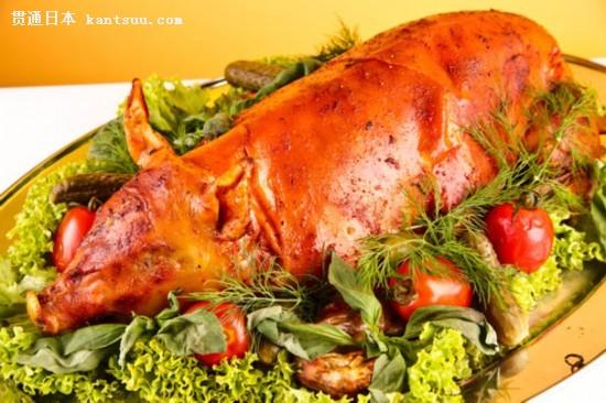 奥地利 奥地利人为祈求好运,新年除夕会吃烤乳猪,并以杏仁糖小猪装饰餐桌。奥地利文化中,猪象征着进步与繁荣,在古巴、匈牙利和葡萄牙等国家也是如此。人们还会向圣西尔维斯特举杯,畅饮红酒,并在其中加上肉桂、糖等其他香料。 [NextPage] 原标题:荞麦面烤乳猪 各地新年传统美食大搜罗(组图)