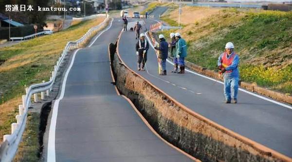 不少网友惊叹经历如此大的地震,路面已经抖成S形,并且因为山体滑坡从中间直接撕裂的公路竟然没有任何龟裂。 是什么样的原因造成如此高质量的日本公路呢?一起来日本人是怎样修公路的 干干净净,毫无噪音 一样是挖马路,他们先稍微破坏路面后,挖土机装上类似钳子的手臂,一块一块的把柏油路夹起来,过程几乎可说是没有噪音(注意看每块柏油块的厚度),另外,路面工作机具&工程车辆,整里的是干干净净。 一个人若是尊重自己的职业,我相信职业是不会被分贵贱的。生财工具应该要好好照顾才是!! 挖完后先是把柏油块清运走,而不是堆置路旁