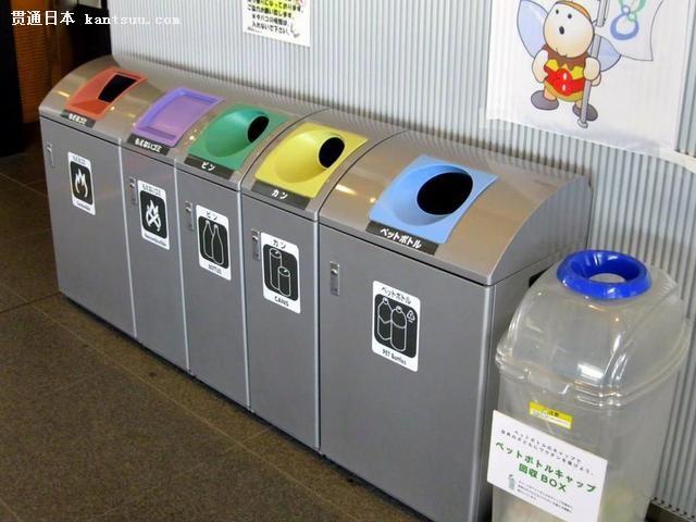 日本公共场所的垃圾桶并排摆放不少于三个
