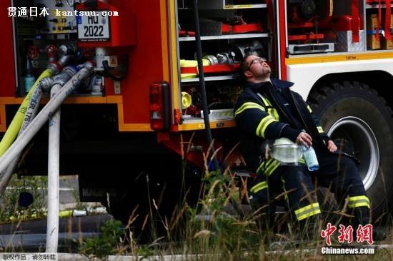 2015年7月28日,德国埃尔伦塞,一座历史建筑物起火,消防员救火后疲惫不堪。(资料图片) 天津塘沽爆炸事故后,一幅被命名为世界上最伟大的逆行的漫画感人至深。消防人员表现出的视死如归的英雄气概,赢得了尊重和赞誉,消防员这个群体成为了人们关注的焦点。那么在国外,消防队是如何运作的呢?
