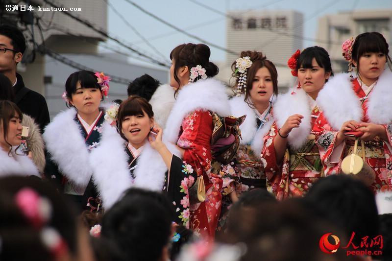 日本年轻人穿和服参加成人式  扮靓街头