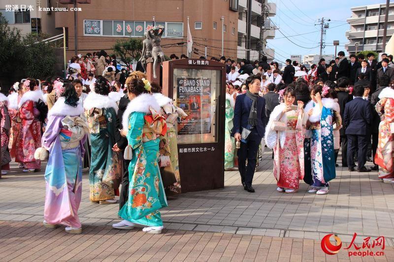 日本年轻人穿和服参加成人式  扮靓街头【12】