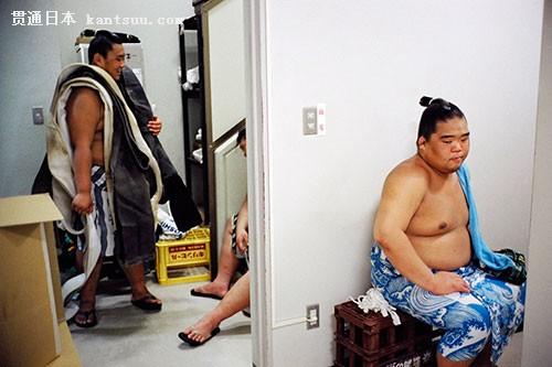 摄影师镜头下相扑选手的日常生活。