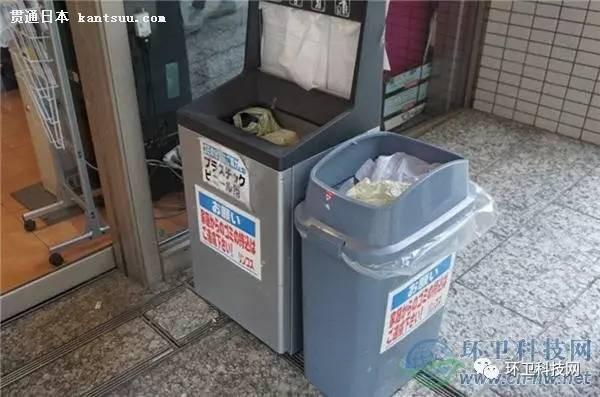 商店门口垃圾桶注明:居民垃圾请勿入内 四、公寓住宅楼的垃圾收集 日本的住宅楼和公寓,通常每层会设置一个小垃圾间,放置垃圾分类收集桶; 公寓的一楼会设置大的集中的垃圾存放间,用于对接外部的垃圾收集车; 在一楼垃圾存放间,资源类垃圾会被进一步分类整理好(纸张、塑料瓶罐等),不可燃垃圾会用机器设备压缩存放; 大件垃圾需要预约好时间,并购买相应的处理费票据贴上,等待车辆定期收集; 居民的垃圾收集服务费用体现在物业费中,不再另外支付垃圾处理费。