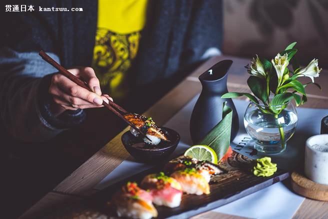 国人热衷赴日旅游,品尝拉�I、寿司、烧烤等各式各样美食是不可错过的行程体验。(图/取自佑寿司)